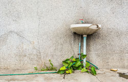 ยleak and ruin sink in dirty old bathroom Stock Images