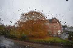 Leamington Spa - UK - som ser till och med fönstret på en regnig dag Royaltyfri Bild