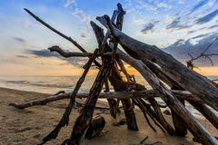 Leanto sur une plage du lac Huron comme ensembles de Sun Images stock