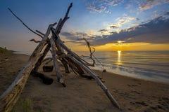 Leanto sur une plage du lac Huron comme ensembles de Sun Image libre de droits
