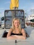 learing对风帆的白肤金发的妇女在克罗地亚 库存照片