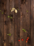 leaSlices βασιλικού του ασβέστη, ντομάτες κερασιών andves σε έναν ξύλινο στοκ φωτογραφία