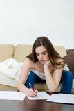 Leasure y concepto casero - la mujer tranquila del adolescente escribe con p Foto de archivo libre de regalías