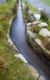 Leat ou lavada, l'eau de transport de vieux canal Dartmoor en Angleterre images libres de droits