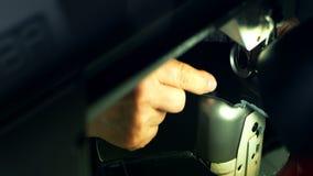 Leatherworker que cose el objeto de cuero negro Ciérrese encima de las manos del handicraftsman almacen de video