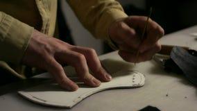 Leatherworker robi szczelinom w rzemiennym pustym miejscu Zamyka w górę szewc ręk przy pracą zbiory wideo