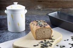 Leaven σίκαλης Cuted ψωμί με τους σπόρους κολοκύθας στοκ εικόνες με δικαίωμα ελεύθερης χρήσης