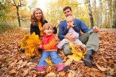 leaves för familj fyra sitter träyellow royaltyfri foto