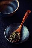 Leaves för grön tea på träskeden Fotografering för Bildbyråer