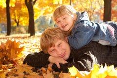 leaves för höstpappadotter arkivbild