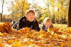 leaves för höstpappadotter fotografering för bildbyråer