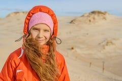 Leba白色沙丘的小女孩  免版税图库摄影