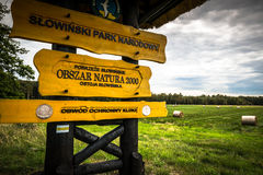 Leba, Polen-September 16,2015: Zeichen auf hölzernem Pfostenmarkierung entran Lizenzfreies Stockbild