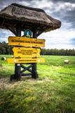 Leba, Polen-September 16,2015: Zeichen auf hölzernem Pfostenmarkierung entran Lizenzfreie Stockfotografie