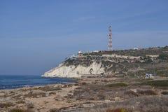 Lebanan graniczy, biel skały i groty przy wybrzeżem Rosh Hanikra, północ Izrael, morze śródziemnomorskie fotografia royalty free