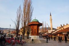 Leben auf der Straße des alten Bezirkes von Sarajevo, Bosnien Stockfoto