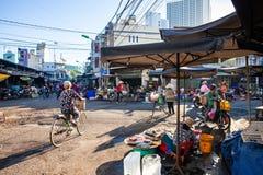 Leben des frühen Morgens auf dem vietnamesischen Straßenmarkt Lizenzfreie Stockfotos