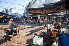 Leben des frühen Morgens auf dem vietnamesischen Straßenmarkt Stockbild