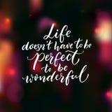 Leben doesn ` t müssen perfekt sein, wunderbar zu sein Inspirierend Zitat, Bürstenbeschriftung auf dunklem Hintergrund mit rosa b stock abbildung