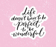 Leben doesn ` t müssen perfekt sein, wunderbar zu sein Inspirierend Zitat, Bürstentypographie auf rosa Hintergrund stock abbildung