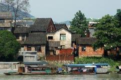 Leben durch den Flussufer Lizenzfreies Stockfoto