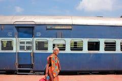 Leben an einem Bahnhof in Indien Stockfoto