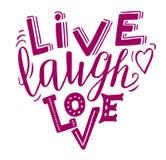 Leben Lachenliebe - übergeben Sie das Beschriften des inspirierend Zitats in der Herzform Magenta auf Weiß Lizenzfreie Stockfotos
