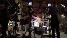 Leben Sie mit dem Fernsehwirt stock video footage