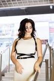 Leben Sie völlig Nettes schönes Einkaufen der jungen Frau beim Gehen durch das Mall Mädchen geht die Treppe hinunter Stockfotos