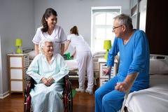 Leben von älteren Menschen am Pflegeheim stockbild