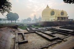Leben von Indien: Der Tempel und die Ruinen Parinirvana lizenzfreies stockbild