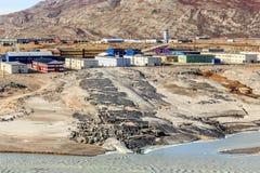 Lebenblöcke auf dem Hügel über schlammigem geschmolzenem Gletscherfluß mit Lizenzfreie Stockfotos