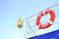 Lebenboje auf Boot stockbild