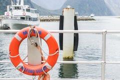 Lebenboje am Hafen für Sicherheit eingelassenes Milford Sound Neuseeland lizenzfreies stockbild