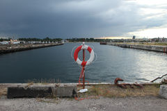 Lebenboje nahe Wasserkanal im Hafen Lizenzfreies Stockfoto