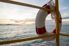 Lebenboje und Seesonnenuntergang Stockfotos