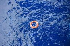 Lebenbojengrenze mit der Seilrettung, die in das Meer schwimmt Stockbild