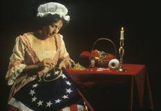 Lebende Geschichtswiederinkraftsetzung von Betsy Ross machend von der ersten amerikanischen Flagge, Philadelphia, Pennsylvania Lizenzfreie Stockfotos