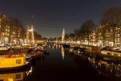 Lebende Häuser, die in einem Kanal in Amsterdam sich reflektieren Lizenzfreies Stockfoto