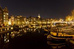 Lebende Häuser, die in einem Kanal in Amsterdam sich reflektieren Lizenzfreies Stockbild