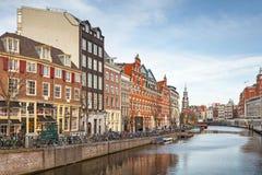 Lebende Häuser entlang dem Kanaldamm in Amsterdam Stockbilder