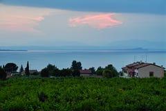 Lebende Sommerlandschaft des Seeufers in Italien an der blauen Stunde lizenzfreie stockbilder