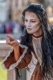 Lebende Statue von einem Frauenmehrfarben gekleidet Lizenzfreie Stockfotos