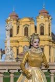 Lebende Statue von einem Frauenmehrfarben gekleidet Stockfotos