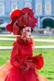 Lebende Statue von einem Frauenmehrfarben gekleidet Stockfoto