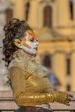 Lebende Statue von einem Frauenmehrfarben gekleidet Stockfotografie