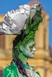 Lebende Statue von einem Frauenmehrfarben gekleidet Lizenzfreie Stockfotografie