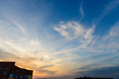 Lebende Wohnungen des minimalen städtischen minimalen Himmel-Sonnenuntergangs des Landschaftsbacksteinbaus Stockbild