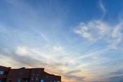 Lebende Wohnungen des minimalen städtischen minimalen Himmel-Sonnenuntergangs des Landschaftsbacksteinbaus Lizenzfreie Stockfotografie