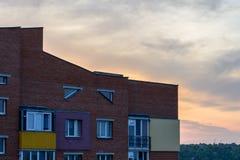 Lebende Wohnungen des minimalen städtischen minimalen Himmel-Sonnenuntergangs des Landschaftsbacksteinbaus Stockbilder